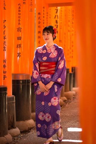 iPhone Fondos de pantalla Sonrisa chica japonesa, kimono, caminar