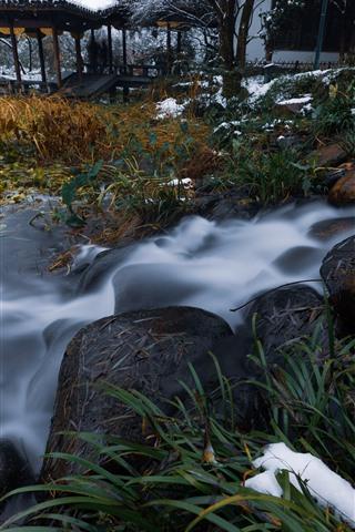 iPhone Fondos de pantalla Piedras, arroyo, plantas, nieve, invierno, parque, Hangzhou, China
