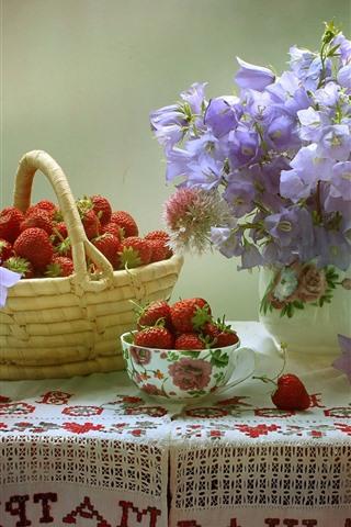 iPhone Fondos de pantalla Fresa, flores, bol, cesta, mesa