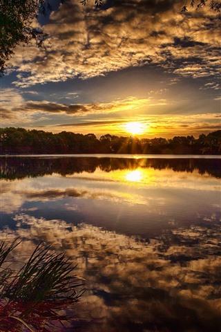 iPhone Fondos de pantalla Puesta de sol, nubes, lago, árboles, paisaje de la naturaleza