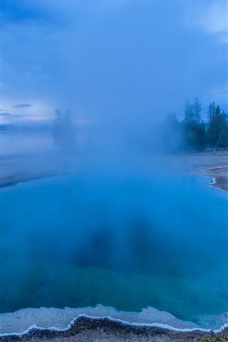 iPhone Fondos de pantalla Parque Nacional hermoso de Yellowstone, lago azul, niebla, mañana, los E.E.U.U.