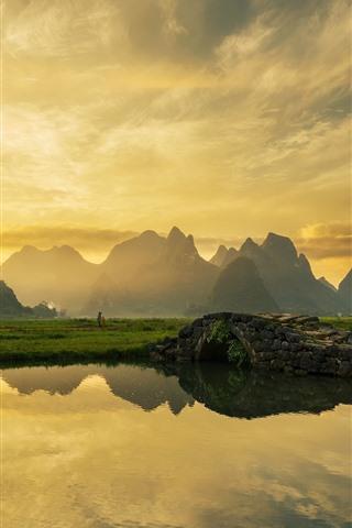 iPhone Fondos de pantalla Hermosa mañana, aldea, río, puente, montañas, reflejo del agua, China