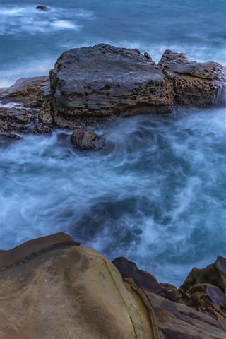 iPhone Fondos de pantalla Mar azul, rocas, chorro de agua