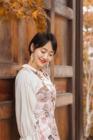 iPhone Fondos de pantalla Feliz chica asiática, puerta, hojas, otoño