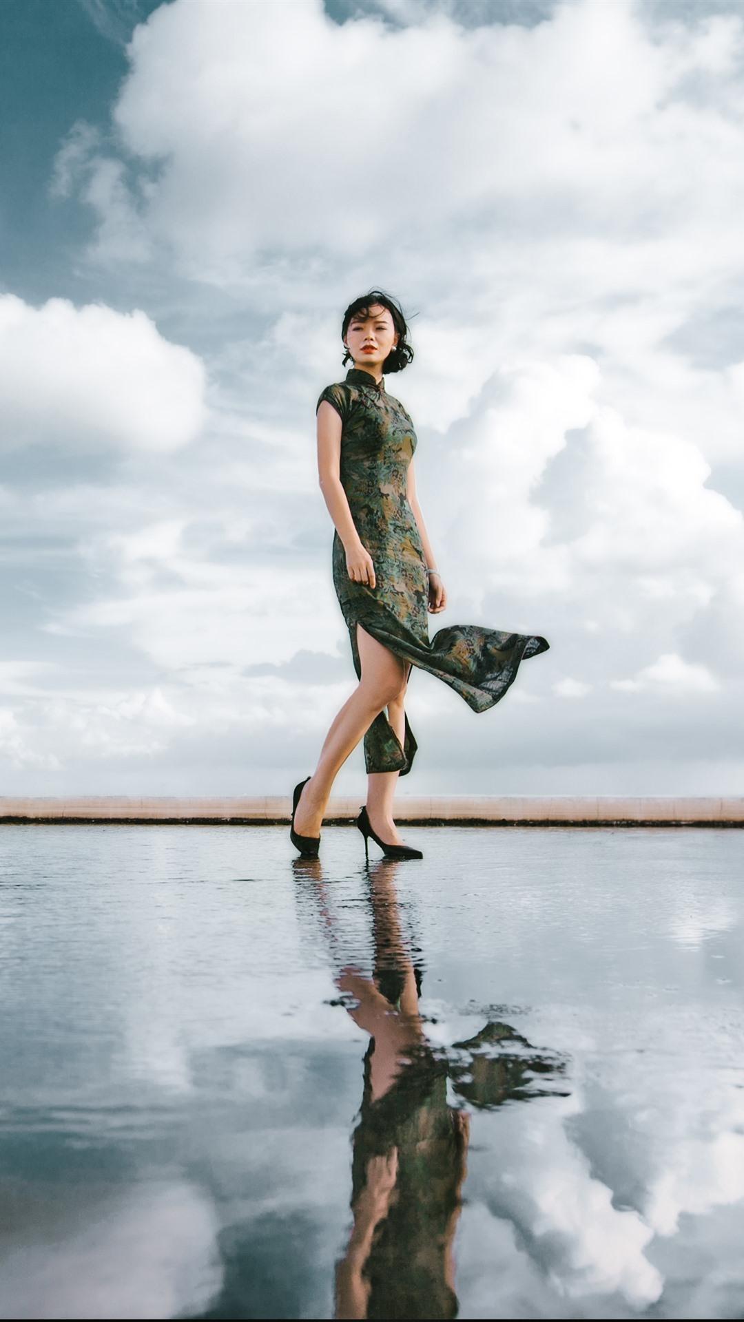 壁紙 チャイナドレスの女性 水の反射 空 雲 3840x2160 Uhd 4k 無料のデスクトップの背景 画像