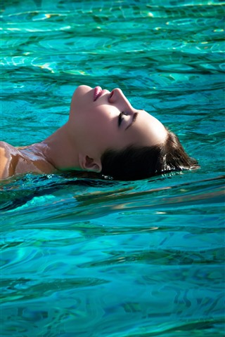 iPhone Wallpaper Girl swimming in pool