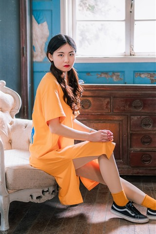 iPhone Wallpaper Retro style Chinese girl, yellow dress, chair, window, flowers