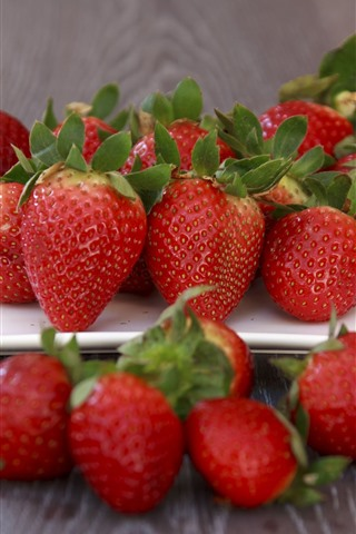 iPhone Wallpaper Fresh strawberries, wood board