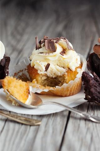 iPhone Wallpaper Three cupcakes, cream, dessert