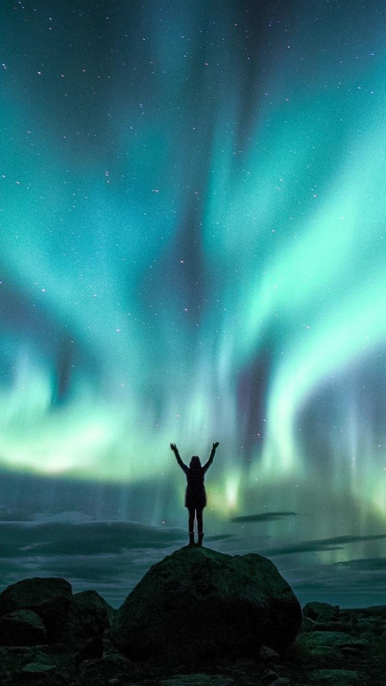 美しいオーロラ 夜 空 女の子 星空 750x1334 Iphone 8 7 6 6s 壁紙 背景 画像