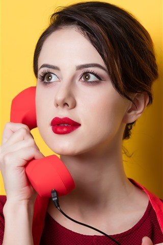 iPhone Wallpaper Girl use telephone, yellow background