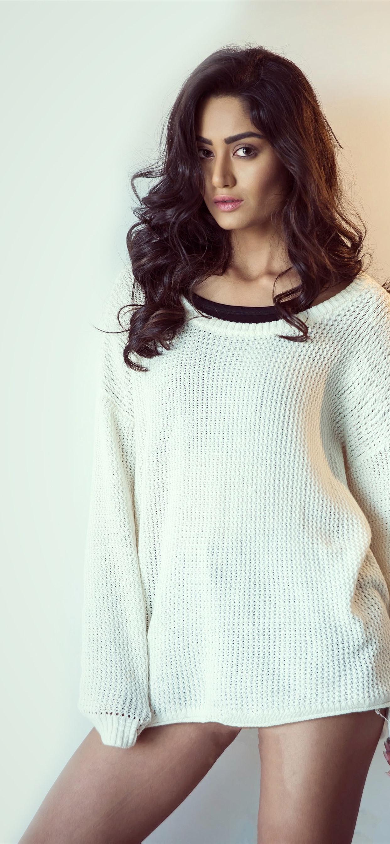 巻き毛の女の子 白いセーター セクシー 1242x26 Iphone 11 Pro Xs Max 壁紙 背景 画像