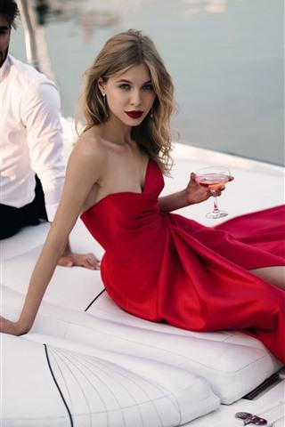 iPhone Обои Модная девушка, красная юбка, мужчина, яхта, вино