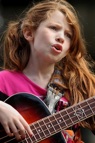iPhone Wallpaper Cute little girl play guitar and singing