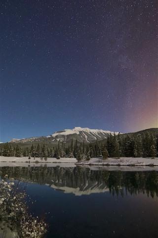 iPhone Обои Канадские Скалистые горы, северное сияние, звездная, деревья, озеро, горы, снег