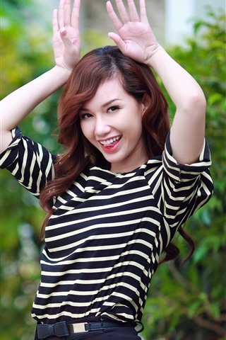 iPhone Wallpaper Asian girl, playful