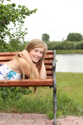 iPhone Wallpaper Smile blonde girl, bench, happy