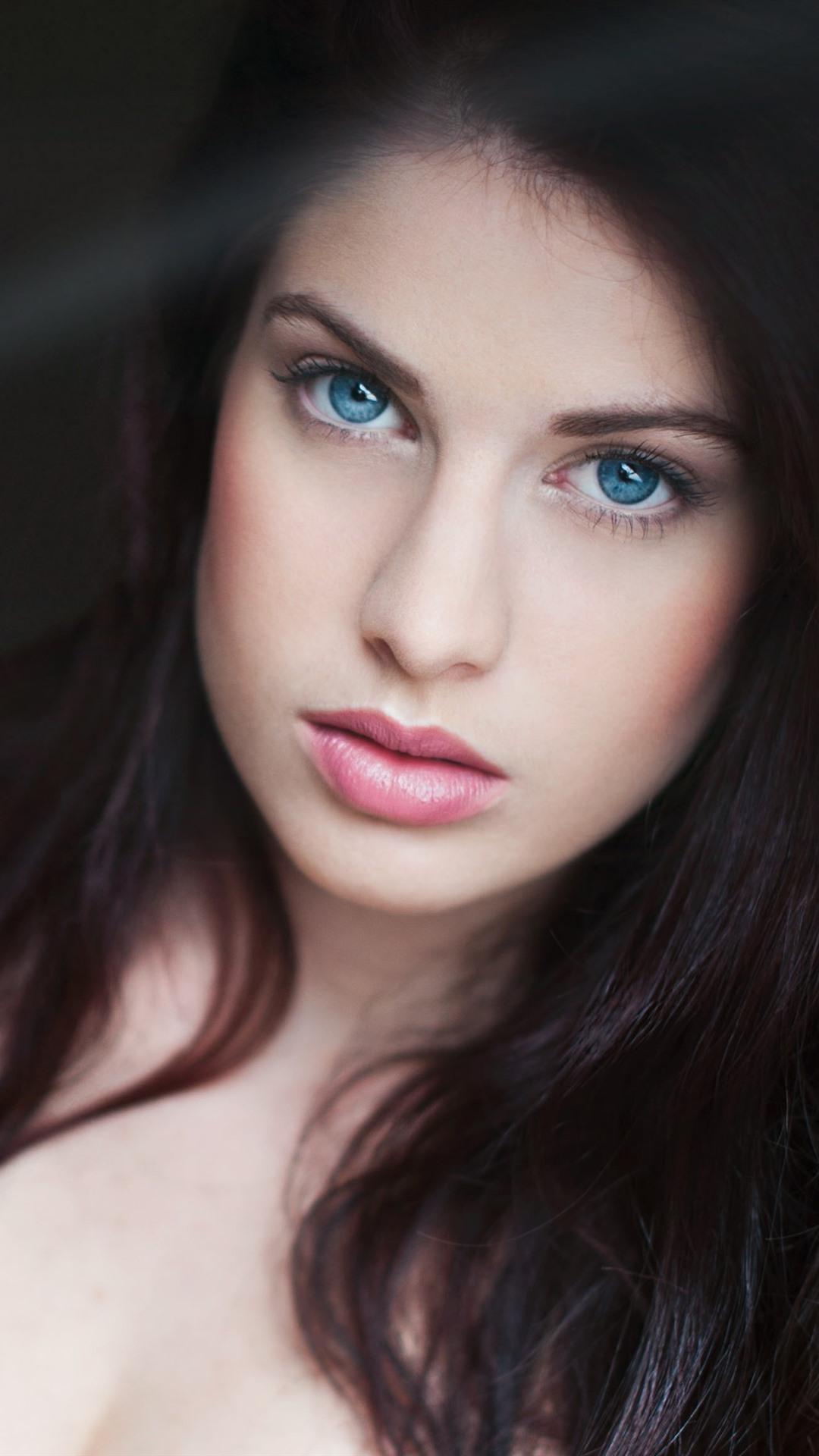 Mädchen mit schwarzen haaren und blauen augen