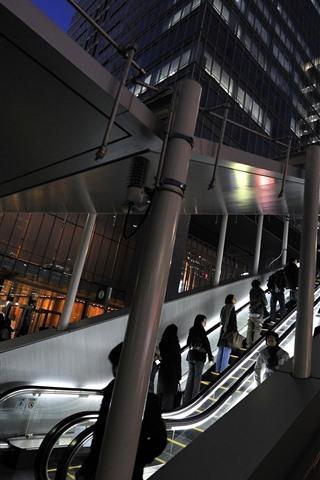 iPhone Wallpaper Night, city, escalator, lights, people
