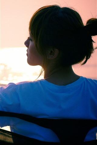 iPhoneの壁紙 アジアの女の子、背面図、ベンチ、太陽の光、まぶしさ、海