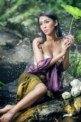 iPhone Wallpaper Beautiful Asian girl, sexy, water droplets, green leaves, pose