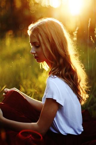 iPhone Hintergrundbilder Blondes Mädchen sitzen auf Gras, Sonnenschein, Hintergrundbeleuchtung