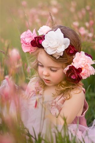 iPhone Papéis de Parede Menina bonitinha, criança, grinalda, flores, grama