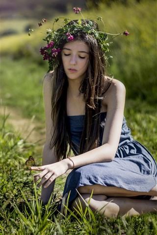 iPhone Papéis de Parede Garota de cabelo comprido, grinalda, saia, borboleta, grama, verão