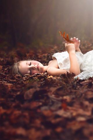 iPhone Papéis de Parede Menina bonitinha dorme no chão, saia branca, folhas