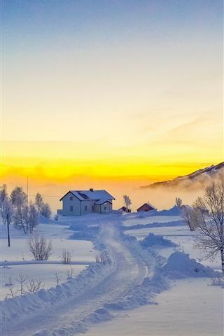 iPhone Обои Лофотенские острова, снег, горы, деревья, туман, зима, дом, Норвегия