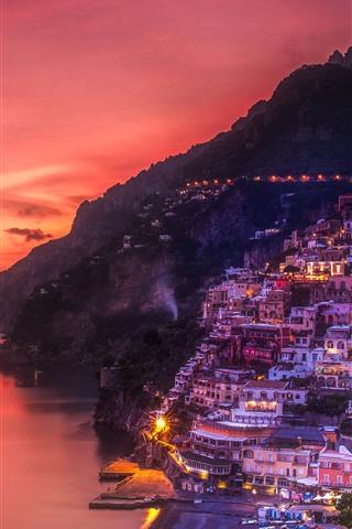 iPhone Papéis de Parede Positano, Itália, mar, costa, casas, luzes, noite, céu vermelho