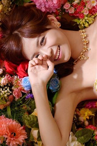 iPhone Обои Улыбка азиатской девушки, юбка, цветы