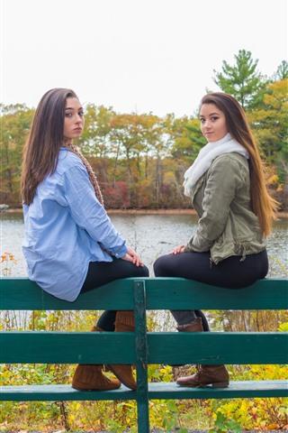 iPhone Обои Две девушки, скамейка, деревья, река, осень