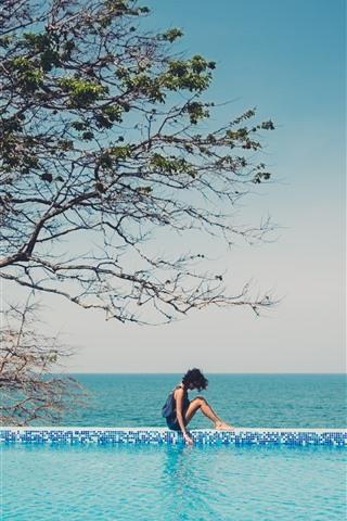 iPhone Fond d'écran Fille, piscine, arbre, mer bleue