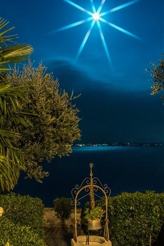 iPhone Обои Италия, Ломбардия, пальмы, луна, ночь, озеро, светлые лучи