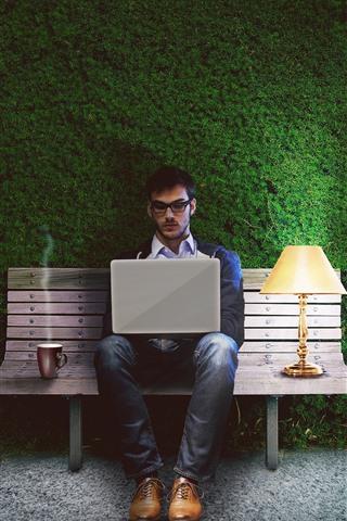 iPhone Обои Человек, тетрадь, скамейка, лампа, зеленый фон