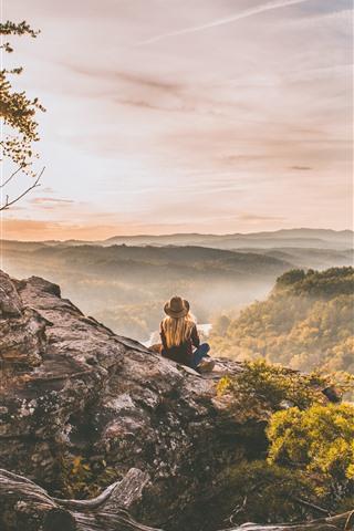 iPhone Fond d'écran Sommet de la montagne, arbres, brouillard, fille, matin