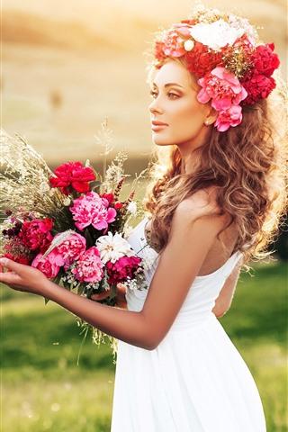 iPhone Обои Белая юбка девушка, цветы, букет, трава, лето