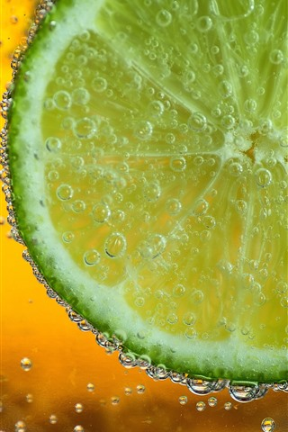 iPhone Wallpaper Green lemon slice, water bubbles