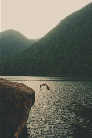 iPhone Papéis de Parede Lago, montanhas, homem pular para a água