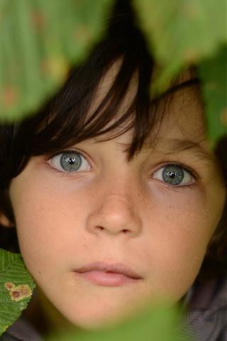 iPhone Обои Ребенок, лицо, глаза, листья