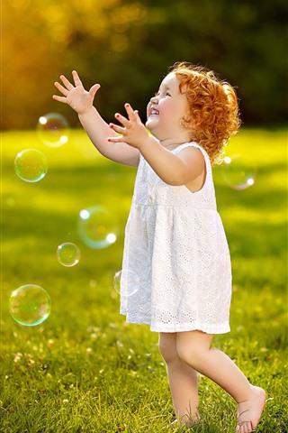 iPhone Обои Милый ребенок, маленькая девочка, играть в пузыри, трава