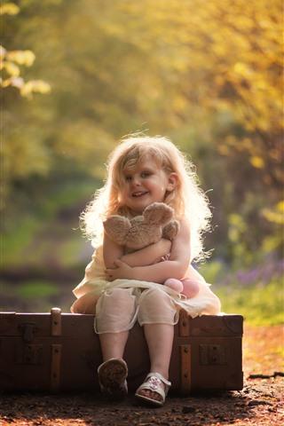 iPhone Papéis de Parede Menina bonitinha, sorriso, criança, mala, urso de pelúcia, outono