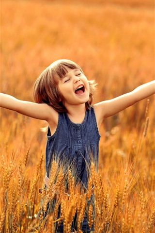 iPhone Обои Счастливая маленькая девочка, ребенок, руки, пшеничное поле