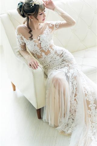 iPhone Обои Невеста, красивая азиатская девушка, белая юбка, диван