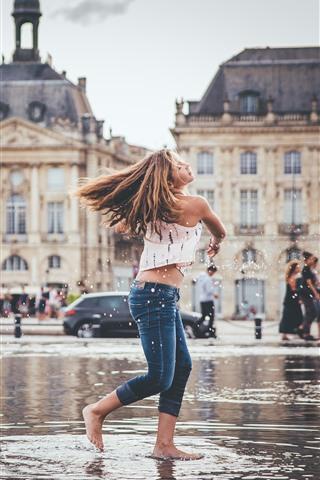 iPhone Обои Девушка каштановые волосы играют воду, всплеск, город