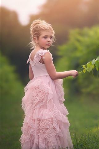 iPhone Обои Милая маленькая девочка, розовая юбка, зеленые листья