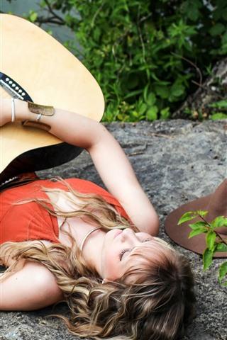 iPhone Fond d'écran Fille et sa guitare, repos, lacside