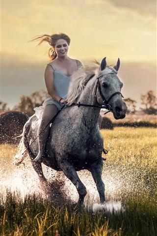 iPhone Обои Девушка ездит лошадь, счастливая, трава, вода всплеск