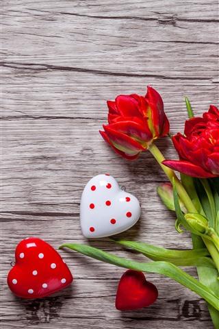 iPhone Hintergrundbilder Rote Tulpen, Liebesherzen, Holzbrett, romantisch